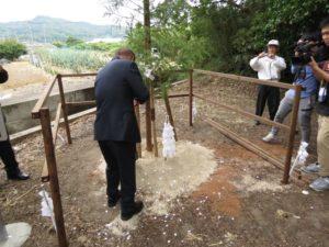 植樹の儀 すき入れは西田総代会長