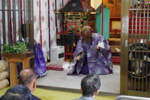 淀姫神社新穀感謝祭にて「山の神」の舞 舞い手は早田宮司さん