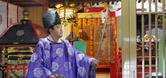 淀姫神社新穀感謝祭にて「所堅」の舞 舞い手は弥勒院権禰宜さん
