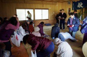 西山地区山祇神社にて 餅撒きはいつでも盛り上がりますねえ