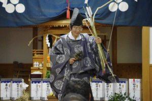 白浜地区白濱神社にて「弓舞」 このあと的打ち神事が行われます