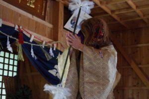 庄野地区王嶋神社にて「山の神」の舞 舞い手は早田宮司さん