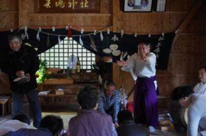 庄野地区王嶋神社にて 秋祭りの締めは餅撒きです