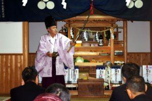 白浜地区白濱神社にて「所堅」の舞 舞い手は森川宮司さん