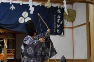 白浜地区白濱神社にて「的打ち」 来年の吉凶を占います