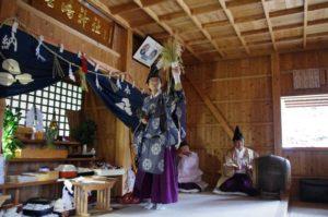 庄野地区王嶋神社にて「舞上げ」 舞い手は中川宮司