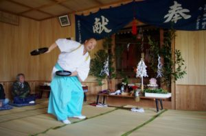 西山地区山祇神社にて「折敷」の舞 舞い手は松浦宮司さん