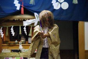 白浜地区白濱神社秋祭りにて 「山の神」の舞い 舞い手は早田宮司さん
