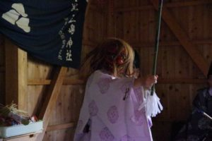 庄野地区王嶋神社秋祭りにて 「山の神」の舞い 舞い手は森川宮司さん