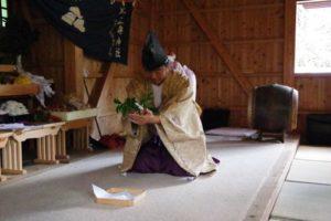 庄野地区王嶋神社秋祭りにて 玉串の捧げ方のお手本です