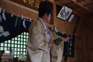 庄野地区王嶋神社秋祭りにて 「所堅」の舞い 舞い手は早田宮司さん