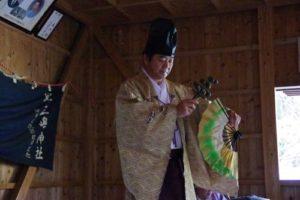 庄野地区王嶋神社秋祭りにて 「荒塩」の舞い 舞い手は早田宮司さん