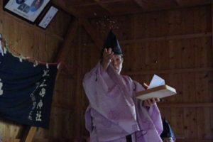 庄野地区王嶋神社秋祭りにて 「舞い上げ」 舞い手は森川宮司さん